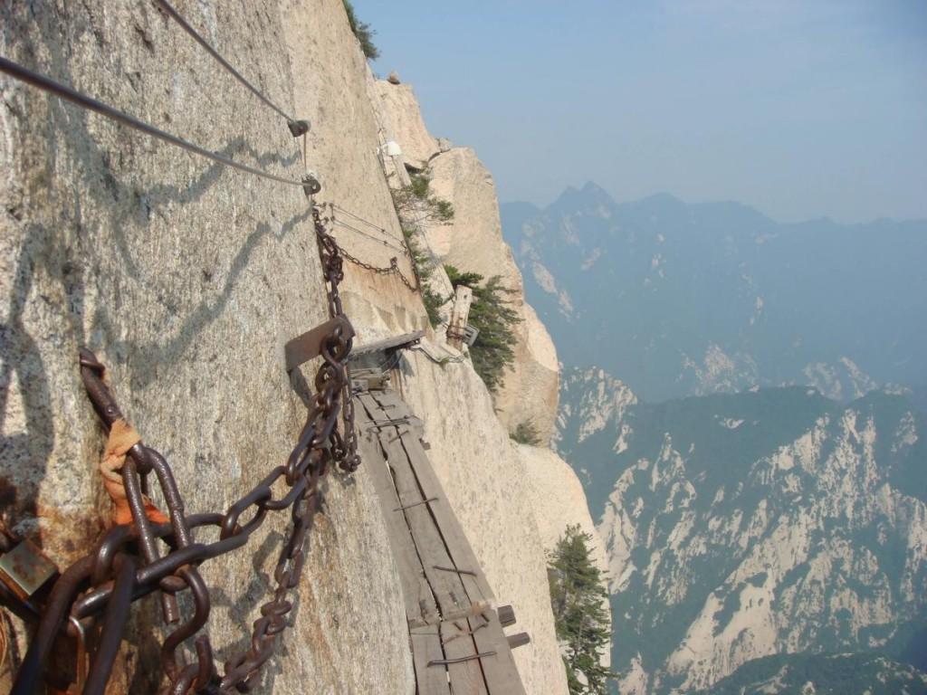 cliffside-plank-path-mount-huashan4